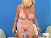 Abspritzen im Omasex Porno