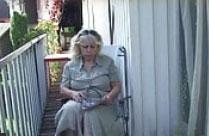 Oma liebt Sex auf dem Rasen