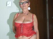 Oma masturbiert im Hotel