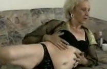 Oma ist feucht zwischen den Beinen