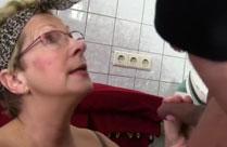 Die geile alte Putzfrau in der Waschküche gefickt