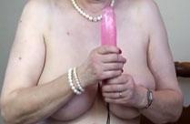 Hässliche Oma stellt euch ihren neuen Dildo vor