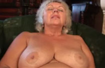Oma masturbiert gerne vor dem Opa
