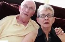 Opa schaut seiner Oma beim Ficken zu