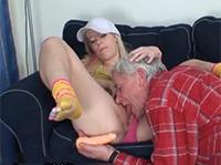Opi leckt die junge Pussy