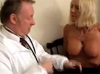 Perverser Arzt vergnügt die Oma