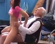 Perverser Opi stößt junge Pussy
