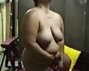 Pummelige Oma masturbiert