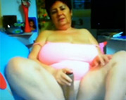 Rassige Oma masturbiert
