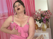 Schrumpel Oma strippt und masturbiert