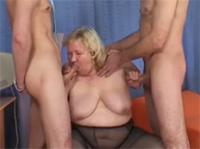 Schwabbelige BBW Oma fickt im Dreier