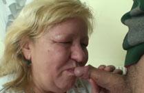 Junger Schwanz in Oma Mundfotze