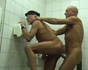 Schwuler Opa hat Toiletten Sex