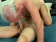 Schwuler Opa ist immer noch standhaft