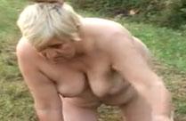 Oma gepeinigt und gefickt draussen im Wald