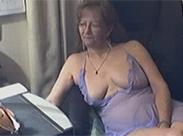 Seniorin hat Spaß vor der Webcam