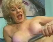 Sexgeile Oma befriedigt sich selbst
