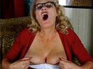 Sexgeile Oma spielt mit sich selbst