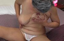 Sexhungrige Oma wälzt sich vor Geilheit