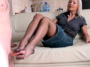 Sexy Gilf beim Footjob