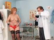 Sexy Gilf braucht Rat vom Frauenarzt