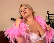 Sexy Granny besorgt es sich hart