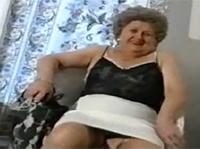 Sexy Oma macht sich nackig