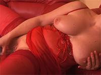 Sexy Amateur Oma in roter Reizwäsche masturbiert
