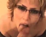 Sexy Oma mit Brille vollgewichst