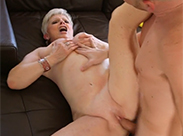 Sexy Oma Schlampe auf dem Sofa gefickt
