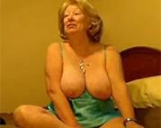 Sexy Omi hat geile Möpse
