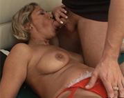 Sexy Seniorin wird tief gefickt