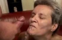 Alte Omas geniessen Gesichtsbesamung