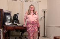 Strippende Hausfrau vor der Kamera