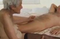 Süsse kleine 90 jährige, zahnlose Oma wird gefickt