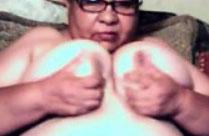 Oma knetet ihre Titten vor der Kamera durch