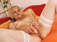 Tschechische Oma beim Masturbieren