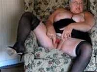Ultra fette Oma masturbiert