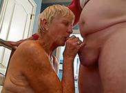 Uralte Oma lutscht das erste Mal