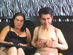 Uralte Frauen haben Spass vor der Webcam