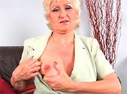 Versaute alte Blondine wird masturbieren