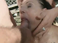 Versaute Oma lutscht drei Schwänze