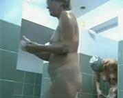 Versteckte Kamera in öffentlicher Dusche