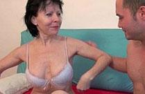 Oma hat Sperma auf ihren Schamhaaren