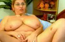 Oma geht ab vor ihrer Webcam