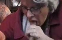Oma erwischt Mann beim Wichsen