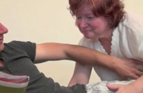 Omi baggert jungen Kerl an und will ficken