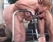 Zahnlose Oma auf Krücken genagelt