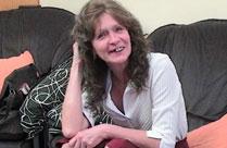 Zahnlose Oma zeigt ihre mageren Hängebrüste