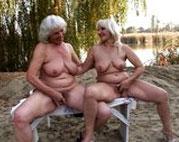 Zwei Oldie Lesben ficken sich outdoor